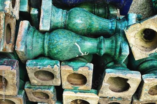 Fotografía Pile of vintage green majolica glazed ceramic stoneware balusters