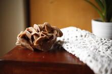 Róża Pustyni Ba Brązowym Stole Z Koronką Białą