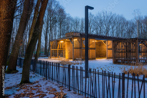 Obraz Oświetlona tężnia solankowa pośród drzew, zima - fototapety do salonu