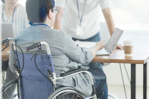 Fotografie, Tablou オフィスで働く車椅子の男性