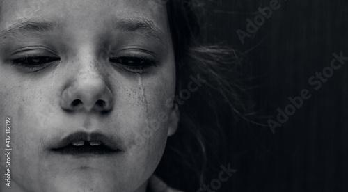 Fotografia Dramatic photo of a crying kid