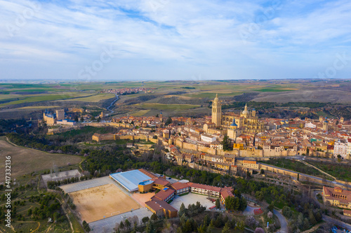 Canvas Print Aerial view of Segovia ancient city with its aqueduct
