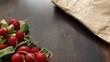 Rzodkiewka w pęczku na stole drewnianym brązowym