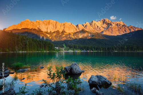 Foto Famous Eibsee lake at the foot of Mt