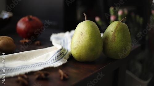 Gruszka owoc zielony na stole drewnianym ciemnym - fototapety na wymiar