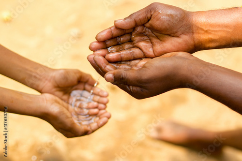 People in arid areas are exchanging water Fototapet