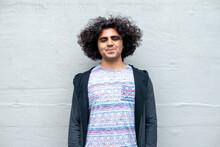 カメラに向かって笑っている中東系の男性 スタジオ 正面