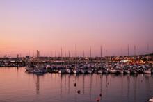 Cielo E Mare Rosa Appena Prima Del Tramonto Con Barche Vela Attraccate Al Porto