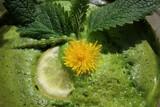 zielony sok, mlecz, kwiat, sok w szklance,
