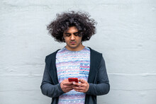 携帯電話を触る男 コピースペースあり