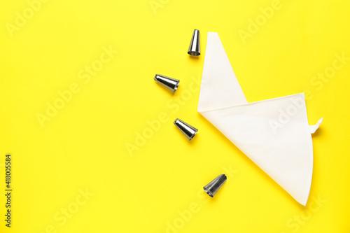 Billede på lærred Pastry bag and different tips on color background