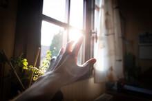 Main Tendue Vers Une Fenêtre, Vers L'extérieur - Étudiant Isolé à Cause Du Confinement