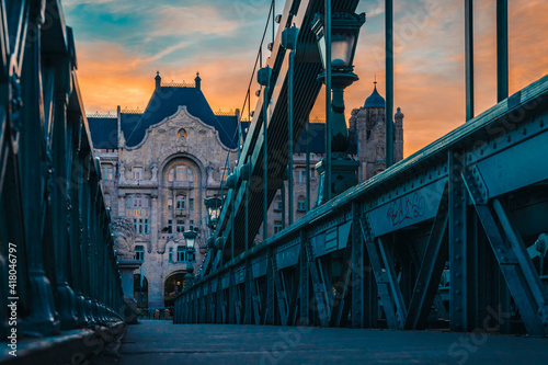 Foto Szechenyi chain bridge and four Seasons