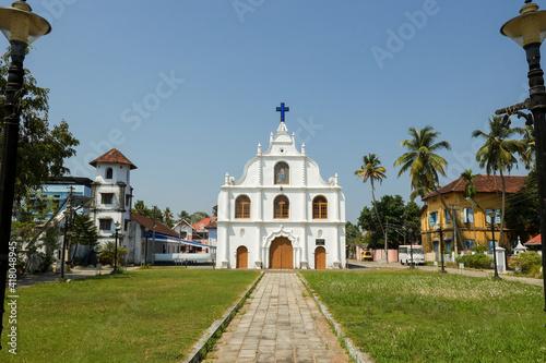 Foto Old Christian catholic church in Fort Kochi , people  go prayer worship Sunday Cochin Kerala India