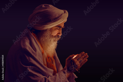 Senior man in a turban is associated with a Hindu, Jain, Buddhist Fototapete