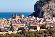 Cefalu', Palermo. Il Borgo Con La Cattedrale Sotto Il Promontorio Roccioso.