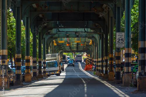 Stampa su Tela street under subway, Queens, New-York, USA
