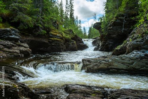 Foto Creek in northern Sweden, passing through eroded slate rocks