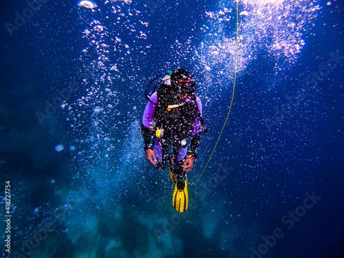 Fototapeta Closeup shot of a professional scuba diver diving underwater obraz