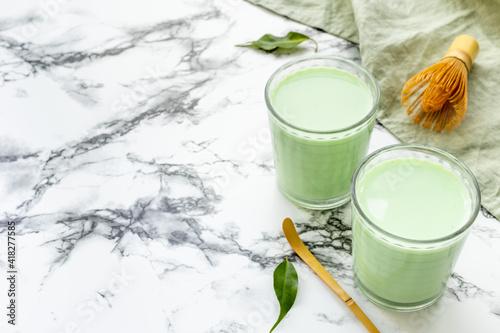 Fotografia Matcha green latte coffee or tea with leaves