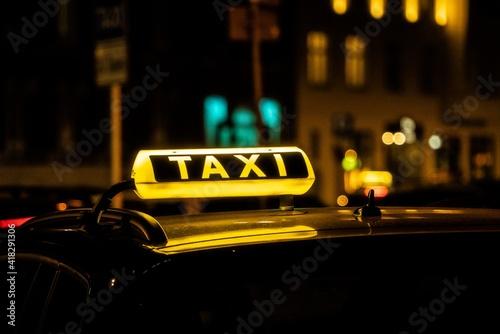 Taxi at Night Fototapet