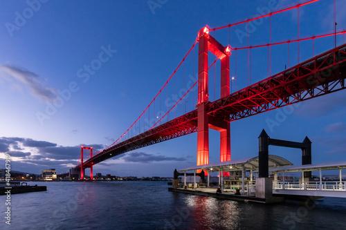 真っ赤にライトアップされた若戸大橋の夜景 福岡県北九州市 Fototapete