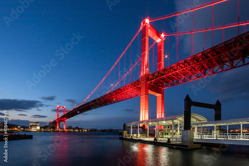 Leinwand Poster 真っ赤にライトアップされた若戸大橋の夜景 福岡県北九州市