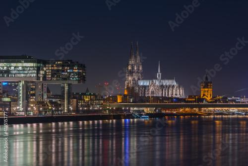 Photo Köln – Dom und Kranhäuser bei Nacht; Deutschland