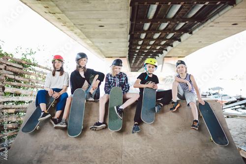 Fotomural Group of friends children at skate ramp
