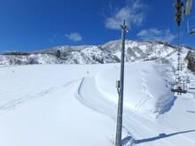 快晴のスキー場、最高のコンデションのゲレンデ、雪山です。