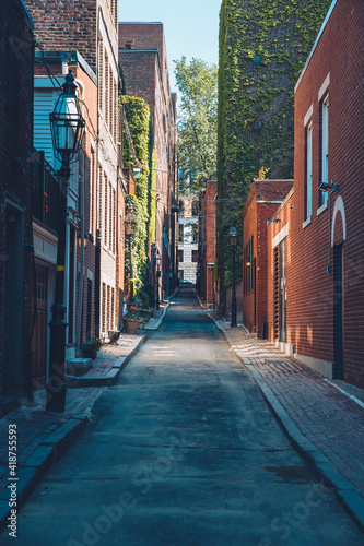 Foto A telephoto view looking down a city street in Boston, MA