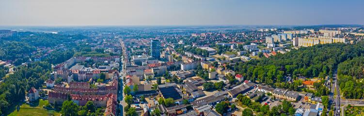 Panorama miasta Gorzów Wielkopolski, widok z lotu ptaka w tle osiedle Staszica, Lubuski Urząd Wojewódzki i kamienice wzdłuż ulicy Mieszka I, Polska
