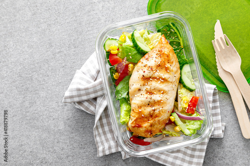 Fotografia lunch box of vegetable salad with grilled chicken breast