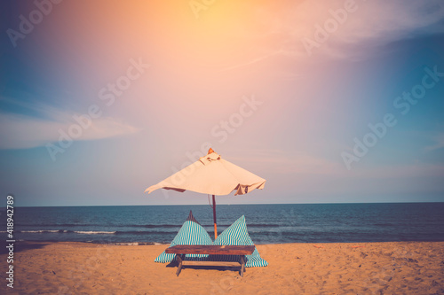 Fotomural Beach umbrella and tropical sea with blue sky in sunny day