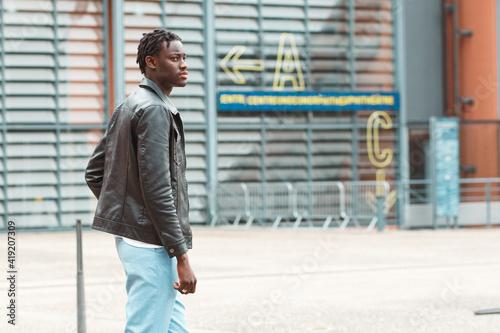 joven afro empresario frenta al anfiteatro de lyon francia Fotobehang