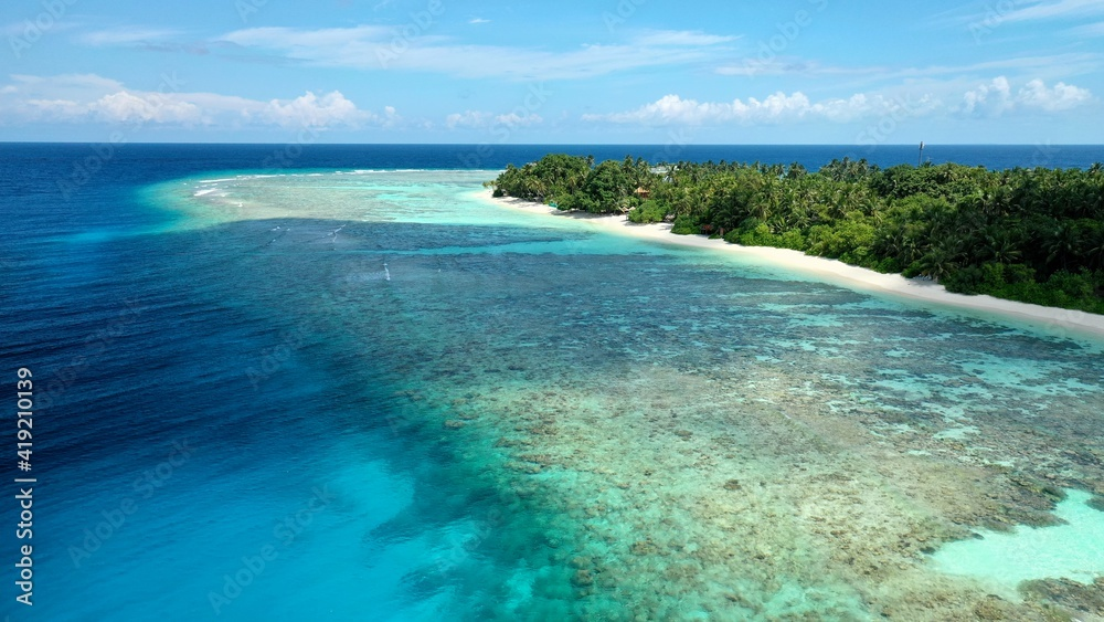 Fototapeta Bird's eye view of tropical islands in the ocean. View of the islands from a drone. Maldives, Thinadhoo (Vaavu Atoll), Dhigurah