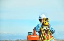 建設工事・測量するエンジニア