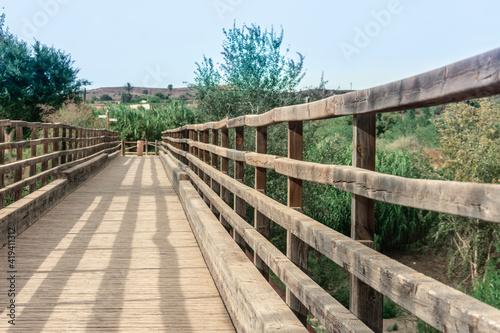 Puente de madera antiguo sobre el rio segura Murcia España