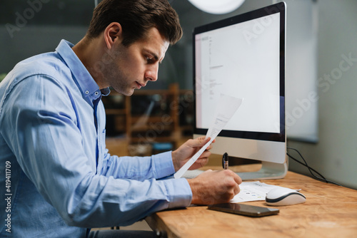 Foto Pensive attractive young entrepreneur in office