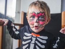 Niña Con Cara De Maquillaje Para Fiesta De Halloween.