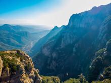 Montañas Cubiertas De Vegetación Bajo Los Rayos Del Sol De Invierno En El Macizo De Montserrat, España