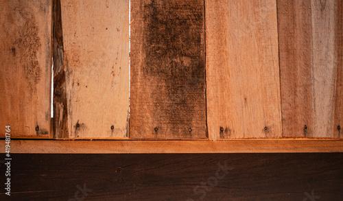 Tekstura, tło ciemnych i jasnych brązowych desek drewnianych.