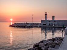 Lever De Soleil Dans Un Ciel De Feu Au-dessus Du Port De Menton Sur La Riviera Française