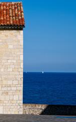 Antibes Francja uliczka z widokiem na morze