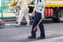 道路工事現場で歩行者を誘導する警備員