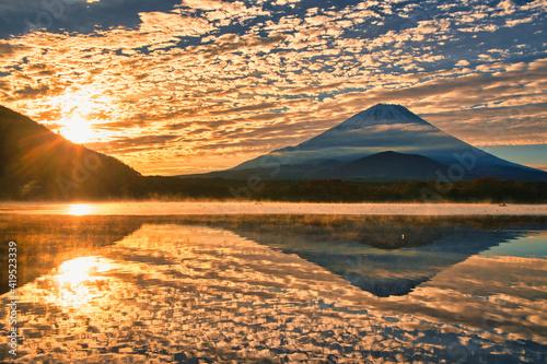 朝焼けのオレンジ色の空と富士山 Fotobehang