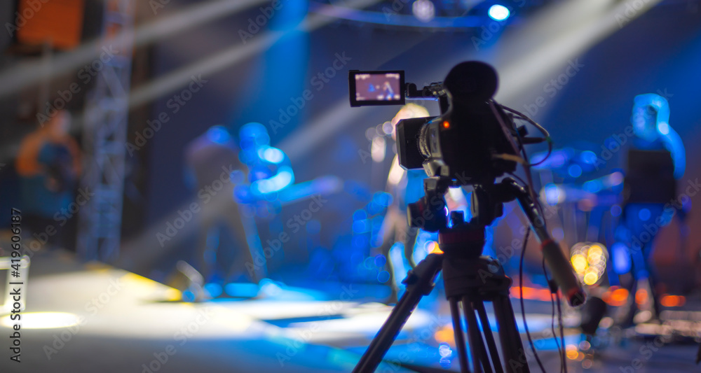 Fototapeta stream at a concert in a hall without spectators