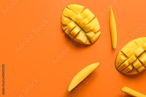 Foto Sweet cut mangoes on color background