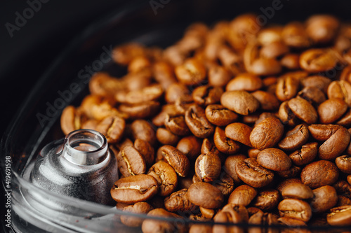 Foto coffee beans in coffeemaker bean container, close-up view