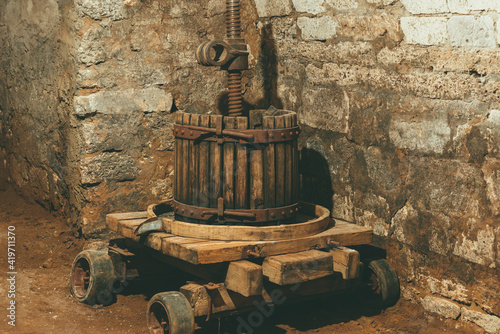 Photo Photo of an old vintage wooden winepress near in a big stone cellar